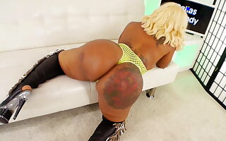 Dallas Thick Dancer Shows Other Strippers How Its Done!