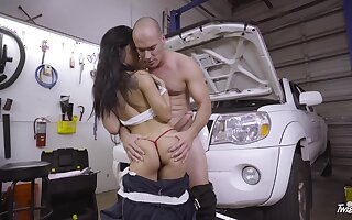 Fantasy porn down at the garage with a sexy babe